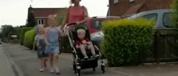 مادری که جهت کودکانش هر روز ۱۱ کیلومتر را طی میکند.